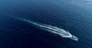 Barco en el mar que sale de una estela Foto de archivo libre de regalías