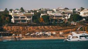 Barco en el Mar Rojo cerca de la costa con las playas, la palma y los hoteles Península del Sinaí del viaje del barco, Egipto almacen de video
