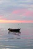 Barco en el mar, salida del sol Fotos de archivo libres de regalías