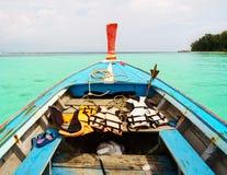 Barco en el mar y la playa de la turquesa Imágenes de archivo libres de regalías