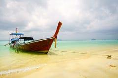 Barco en el mar y la playa de la turquesa Foto de archivo libre de regalías