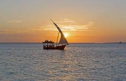 Barco en el mar en Zanzíbar en la puesta del sol Fotos de archivo