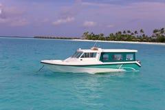 Barco en el océano en el fondo de la isla Foto de archivo libre de regalías