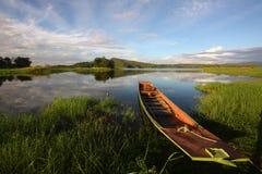 Barco en el pantano imagenes de archivo