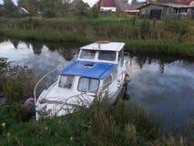 Barco en el pequeño río Imagen de archivo libre de regalías