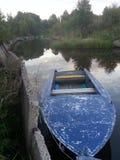 Barco en el pequeño río Fotos de archivo libres de regalías