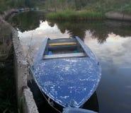 Barco en el pequeño río Foto de archivo