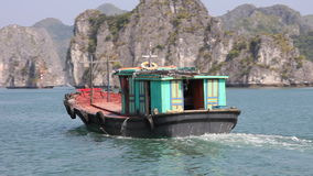 Barco en el pueblo flotante en la bahía larga de la ha, Vietnam del norte almacen de video