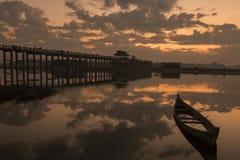 Barco en el puente Myanmar de U-bein Ubein del agua fotos de archivo