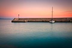 Barco en el puerto deportivo de Mikrolimano, Atenas. Fotos de archivo