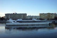 Barco en el río Fotos de archivo
