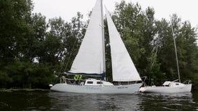Barco en el río almacen de metraje de vídeo