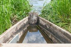 Barco en el río con reflejado por las nubes fotografía de archivo libre de regalías
