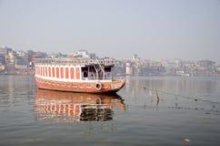Barco en el río de Ganga en la ciudad sagrada de Varanasi, la India Imagenes de archivo