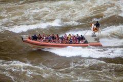Barco en el río de Iguazu en las cataratas del Iguazú, visión de la velocidad desde el lado de Argentina foto de archivo