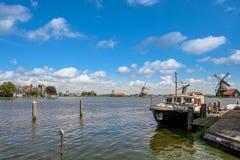 Barco en el río en pueblo holandés fotos de archivo