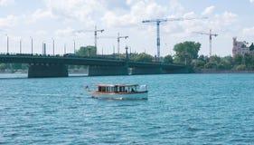 Barco en el río en Riga Fotos de archivo libres de regalías