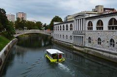 Barco en el río Ljubljana de Ljubljanica Fotos de archivo