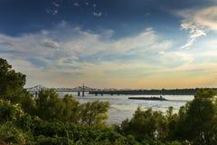 Barco en el río Misisipi cerca del puente de Vicksburg en Vicksburg en la puesta del sol, Mississippi fotografía de archivo