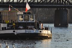 Barco en el río Moldava Fotos de archivo libres de regalías