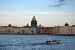 Barco en el río Neva, St Petersburg Rusia Fotos de archivo