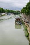 Barco en el río Tíber en Roma Imagen de archivo libre de regalías