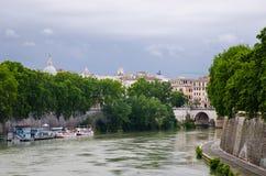 Barco en el río Tíber en Roma Imágenes de archivo libres de regalías