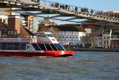 Barco en el río Thames Imagenes de archivo