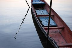 Barco en el río tranquilo foto de archivo
