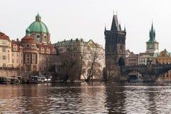Barco en el río y Charles Bridge Imagen de archivo