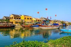 Barco en el río de Hoai Imagenes de archivo