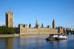 Barco en el río de Thames cerca de Ben grande Foto de archivo