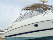 Barco en el soporte en la orilla, cierre para arriba de parte del yate, l Foto de archivo