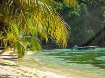 Barco en ensenada de la isla de Mustique Fotos de archivo libres de regalías