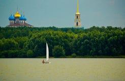 Barco en fondo del bosque, la catedral y el campanario Imágenes de archivo libres de regalías