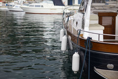 Barco en la agua de mar Fotos de archivo