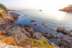 Barco en la bahía con salida del sol Fotos de archivo