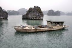 Barco en la bahía de Halong Foto de archivo