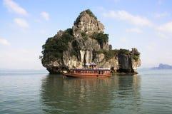 Barco en la bahía de Halong Foto de archivo libre de regalías