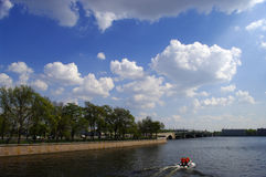 Barco en la ciudad Fotografía de archivo libre de regalías