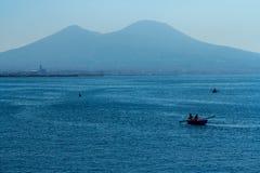Barco en la ciudad de Nápoles con el monte Vesubio Fotografía de archivo libre de regalías