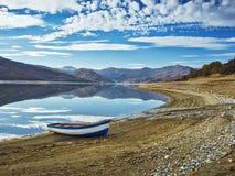 Barco en la costa Imagenes de archivo