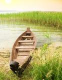 Barco en la costa Fotos de archivo