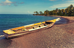 Barco en la costa al día soleado brillante, con un efecto retro Fotografía de archivo libre de regalías