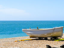 Barco en la costa de mar Fotos de archivo