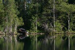 Barco en la costa del lago Imagenes de archivo
