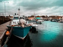 Barco en la costa oeste de Escocia Imagen de archivo