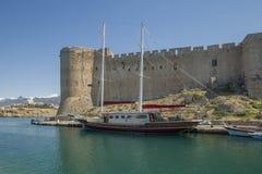 Barco en la fortaleza de Kyrenia Fotos de archivo libres de regalías