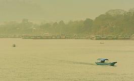 Barco en la frontera del río de Maekhong de Laos y de Tailandia Fotos de archivo