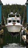 Barco en la honda que es aumentada del océano para las reparaciones imágenes de archivo libres de regalías